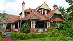 Northcote Avenue, Killara, New South Wales - Wikimedia Commons Victorian Architecture, Historical Architecture, Amazing Architecture, Pink Houses, Old Houses, Green Houses, Beautiful Buildings, Beautiful Homes, California Bungalow