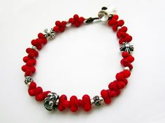 【ナガ族のアンティークビーズとシルバービーズのカッコいいブレスレット】 <作り方説明あり> #アクセサリーの作り方 #蝋引き紐 #民族アクセサリー #beads  #idea http://www.pron.jp/craft9.html