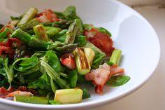 Grüner Spargel mit Bacon und Feldsalat
