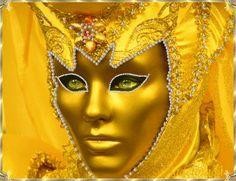 Un superbe masque jaune d'or...