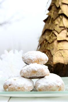 mazedonisches essen Kourabiedes are very simple to make, since they are made only with flour, butter and sugar and are scented with vanilla and brandy or rum. Greek Sweets, Greek Desserts, Greek Meals, Greek Christmas, Merry Christmas, Christmas Cookies, Christmas Stuff, Greek Cookies, Almond Cookies