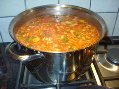 Deze keer tomatensoep. Bij tomaten- kippen- of groentesoep hou ik me niet precies aan een recept, ik doe van alles door elkaar en proef tuss...
