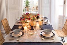 00456486. Mesa de comedor con mantelería y vajilla en azul oscuro, negro y beige, y velas 00456486