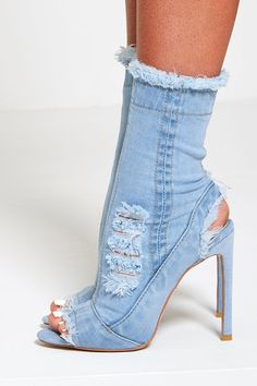 Denim heels in distress. Dr Shoes, Hype Shoes, Pump Shoes, Denim Boots, Jeans And Boots, Denim Pumps, Blue Jean Heels, Jeans With Heels, Fancy Shoes