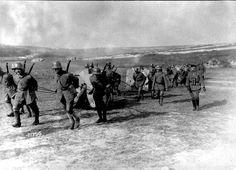 Frente occidental. Artilleros alemanes acarreando cañones