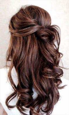 Wunderschöne, romantische Frisur für eine Braut mit langen Haaren, die ihre Haare offen tragen möchte