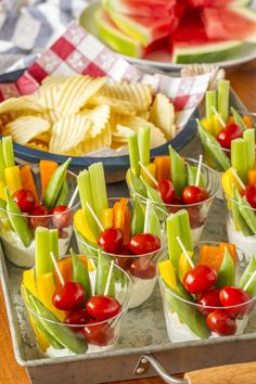 Forget the vegetable tray, these little individual veggie cups are the perfect appetizer for any occasion. Easy clean up and NO double dipping! Individual Appetizers, Veggie Appetizers, Appetizers For A Crowd, Finger Food Appetizers, Appetizer Recipes, Finger Foods, Individual Fruit Cups, Summer Party Appetizers, Appetizer Party