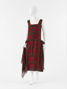 """Ensemble, dress and scarf.  House of Chanel (French, founded 1913).  Designer: Gabrielle """"Coco"""" Chanel (French, Saumur 1883–1971 Paris).  Date: 1922.  Culture: French.   Medium: a,b) silk.   Dimensions: Length at CB: 40 in. (101.6 cm).   Credit Line: Purchase, Friends of The Costume Institute Gifts, 2005.  Accession Number: 2005.114a, b."""