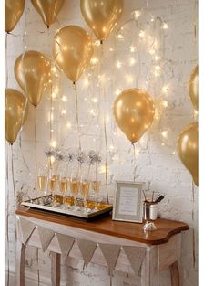 Gold party decor for New Year's Eve. So glam! Birthday Table Decorations, Gold Party Decorations, Room Decorations, Kids New Years Eve, New Years Party, Deco Nouvel An, Deco Buffet, New Years Eve Decorations, Birthday Diy