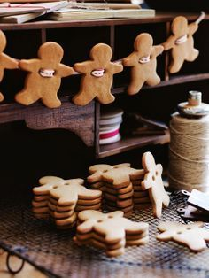Get together with your family and create your own Hygge Christmas Decorations. Gingerbread Men Garland : 100 Days of Homemade Holiday Inspiration. Christmas Hacks, Noel Christmas, Christmas Baking, Winter Christmas, Christmas Crafts, Christmas Kitchen, Christmas Cookies, Christmas Garlands, Christmas Gingerbread