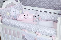 O Kit Berço Pedacinho do Céu Rosa traz detalhes nas laterais em chevron cinza. Esse kit tem um mix de estampas super interessante, que dá vida para a decoração do quarto de bebê rosa chevron.