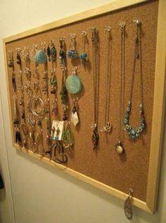 Convertendo quadro de recados em um organizador de jóias.
