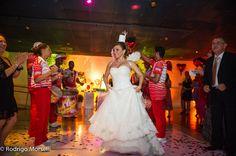 Festa animada, com bateria de escola de samba e tudo!