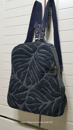 Marvelous Make a Hobo Bag Ideas. All Time Favorite Make a Hobo Bag Ideas. Fabric Purses, Fabric Bags, Patchwork Bags, Quilted Bag, Thigh Bag, Japanese Bag, Backpack Pattern, Carpet Bag, Handmade Handbags