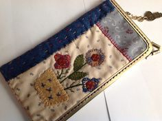 Funda con boquilla Penny Rugs, Pouch, Wallet, Felt Applique, Pin Cushions, Wool Felt, Lana, Purses And Bags, Coin Purse
