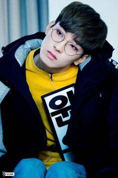 wonwoo in yellow and eyeglasses ❤️ Woozi, Jeonghan, The8, Seventeen Wonwoo, Seventeen Debut, K Pop, Banda Kpop, Rapper, Vernon Chwe