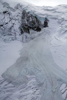 De ijslawine van de Trift-gletsjer in het skigebied Hohsaas boven het dorp Saas-Grund aan de grens met Italië. Twee derde van de ijskap kwam afgelopen nacht naar beneden.