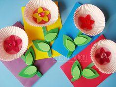 Już niedługo dzień babci! Zabieramy się do kreatywnej zabawy – wykonania pięknych laurek z papilotek do muffinek. Pomysł na laurkę idealny nie tylko z okazji dnia babci, mama, czy nauczyciel także by się z takich prezentów ucieszyli. Potrzebne będą: kolorowe kartki z bloku technicznego, zielone patyczki kreatywne, kolorowa pianka, papilotki do muffinek, kolorowy filc, koraliki …