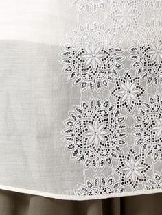 【シルクコットンレースチュニック】シルクコットンの薄手で繊細な生地をつかって刺繍を施した非常に手…