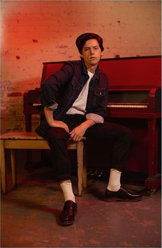 Riverdale actor Cole Sprouse adds another campaign to his resume. After starring in an advertisement for American Eagle, Sprouse connects with Filipino fashion… Sprouse Cole, Dylan Sprouse, Sprouse Bros, Cole Sprouse Jughead, Betty Cooper, Dylan Et Cole, Zack Et Cody, Cool Attitude, Riverdale Betty And Jughead