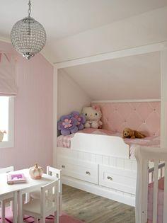 Barnesengen er både tegnet og bygget av eieren, og er som skapt for et lite pikebarn. Plassen er godt utnyttet med innebygde skuffer for oppbevaring under sengen. Fargetonene går i tradisjonelle jentefarger, rosa, hvitt og lilla.