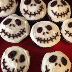 Halloween Muffins als Totenkopf verzieren. Probiert es aus!