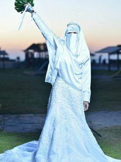Wedding Hijab Styles, Muslim Wedding Dresses, Muslim Brides, Arab Girls Hijab, Girl Hijab, Beautiful Couple, Beautiful Bride, Hijab Fashion, Women's Fashion