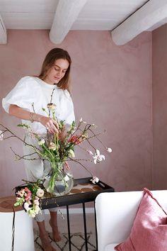 Vårlig vakkert med rosa stue. Med ny farge på veggene, noen vårlige tekstiler og friske blomster i vasen, skaper du lett en ny og frisk stil! House Rooms, Table Decorations, Lady, Painting, Furniture, Home Decor, Pink, Sculpture, Pastel