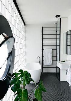 Salle de bains noire et blanche.