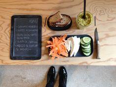 Menu du jour 03/04 - Légumes curus bio : carottes + concombres - Pesto d'olives vertes home-made (par Claire) - Mozzarella de Bufflonne de PAISANO - Tourte de campagne