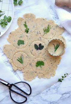 Leckere Parmesan-Shortbread-Cookies mit Kräutern: wunderhübsch anzusehen, schnell gebacken, köstlich und der perfekte Begleiter zu Wein und Käse!