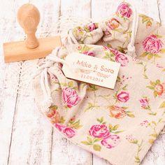Saquito de yute con flores para los detalles de boda + etiqueta de madera + sello personalizado