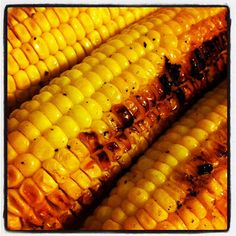 Easy grilled corn on the cob: brush with olive oil, sprinkle with salt, pepper, seasoning, wrap in foil and grill. Summer Cooking with Grilled Corn On Cob, Grilled Vegetables, Grilled Fish, I Love Food, Good Food, Yummy Food, Tasty, Yummy Yummy, Grilling Recipes