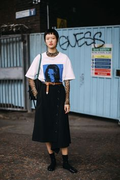 The Best Street Style Looks From London Fashion Week Spring 2019 - Fashionista London Fashion Week Street Style, Tokyo Street Fashion, Spring Street Style, Street Style Women, Spring Style, Milan Fashion, Looks Street Style, Looks Style, Street Style Edgy