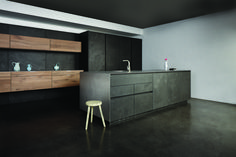 This handleless dark grey Chablis kitchen has an eye-catching dark grey concrete finish. The concrete gives the kitchen from Eggersmann Küchen a naturally rough texture that is offset by the smooth glossy stainless steel worktop. eggersmann.com Read more utopiamag.co.uk #concrete