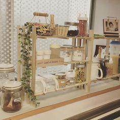 100均で手に入るすのこ。アイデア次第でオリジナルの家具が作れる優秀なDIYアイテムなんです。応用度の高さでいえば、100均アイテムの中でピカイチかも?そんなすのこを使って作る家具や、作り方についてまとめてみました。 Japanese Living Rooms, Cottage Style Decor, Vintage Kitchen Decor, Muji, Diy Storage, My Room, Home Organization, Kitchen Dining, Diy And Crafts