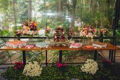 Casamento com naked cake e doces feitos pela @sraflor_oficialTudo lindo bem feito e muito saboroso! Quer o seu assim também? Fala com ela. Orçamento (19) 99128-2992 no e-mail: contato@sraflor.com.br ou no Instagram @sraflor_oficial Eles são de São Paulo!