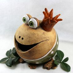 Herr Frosch – Töpfern – Mr Frog – Pottery – # Pottering Pretty flower, single frog, other likes, 60 comments – Rebecca Martin Pottery (R art and worthy of pottery – Pottery Painting Ideas pottery yourself. Pottery Animals, Ceramic Animals, Clay Animals, Clay Projects, Clay Crafts, Diy And Crafts, Pottery Painting, Ceramic Painting, Ceramic Clay