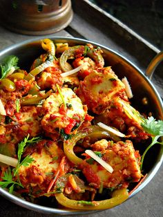 kadai paneer recipe restaurant style,  250 gms paneer/cottage cheese, cubed 5-6 tomatoes, chopped 1 or 2 green chilies, chopped 6-7 garlic, crushed 1.5 inch ginger, half crushed and half julienned 2 green bell peppers/capsicum, julienned 5-6 kashmiri red chilies 1.5 tbsp coriander seeds, roasted 2 tsp crushed kasuri methi/dry fenugreek leaves ½ tsp garam masala powder ½ cup chopped coriander/cilantro leaves salt or black salt