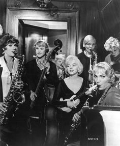 Some Like It Hot is a 1959 American comedy film directed by Billy Wilder and starring Marilyn Monroe, Tony Curtis and Jack Lemmon. Jack Lemmon, Tony Curtis, Golden Age Of Hollywood, Classic Hollywood, Old Hollywood, Hollywood Stars, Marilyn Monroe, Some Like It Hot, Old Movies