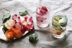 Joulukoristele jääpalat!  Kokeile näitä: salvia tyrni karpalo limetti ja / tai limetin kuori sitruuna ja / tai sitruunan kuori kuorittu ja viipaloitu kiivihedelmä puolukka lakka  Pese kaikki käyttämäsi hedelmät ja marjat huolellisesti.  Pudottele jääpalamuotteihin marjoja ja yrttien lehtiä, kaada sitten muotteihin kylmää, raikasta vettä. Käytä suurikokoisia jääpalamuotteja, sillä niissä tehdyt jääpalat ovat näyttävämpiä kuin pienikokoiset ja ne sulavat hitaammin.