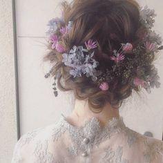 後ろ姿もたくさんの小花が散りばめられていて、ドレスとの相性もぴったり。ボブぐらいの長さの髪でも、こんな素敵なアレンジが出来るそうですよ。