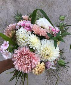 """101 gilla-markeringar, 6 kommentarer - Elin Hadvall (@tradgardselin) på Instagram: """"Det blir lätt färgstarka buketter så här års när dahliorna exploderar i tusen olika färger.…"""" Dahlia, Floral Wreath, Wreaths, Flowers, Instagram, Decor, Floral Crown, Decoration, Door Wreaths"""
