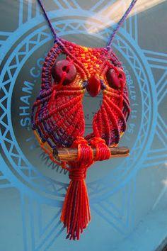 tejido artesanal: Buhos de macrame Macrame Owl, Micro Macrame, Macrame Jewelry, Cross Stitch Owl, Wire Crochet, Macrame Tutorial, Macrame Patterns, Craft Work, Handmade Art