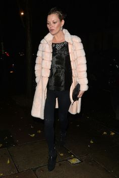 See Kate Moss's best street style photos. Moss Fashion, Fur Fashion, Fashion Pants, Winter Fashion, Ladies Fashion, Street Fashion, Best Street Style, Street Chic, Kate Moss 2016