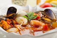 """Italská rybí polévka """"caciucco"""" Italian Dishes, Italian Recipes, Fish Soup, New Menu, Tasty Dishes, Food And Drink, Pasta, Italy, Onion"""