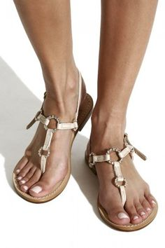 With the nude-coloured sandals with precious Swarovski stones you will be at the centre of attention not only on the beach, but also in the office.