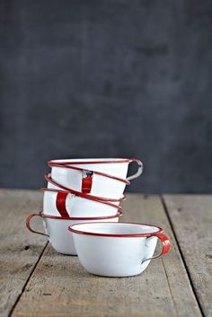 source image Depuis 1920, la vaisselle émaillée de Falcon Enamelware est un basic de la vie domestique british. On peut l'acheter là....