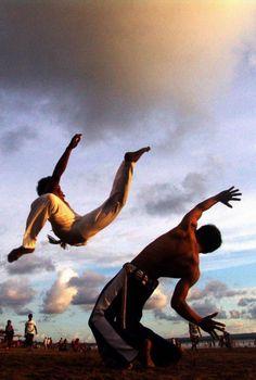 Capoeira: conjunto de acrobacias em solo ou aéreas com golpes e movimentos ágeis e complexos.