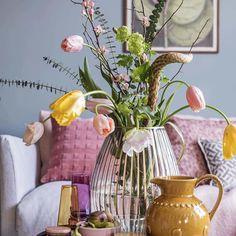 🐤🐣🐥💛Låt påskdukningen ha en lugn bas i vitt och blekt turkost. Duka med porslin, vaser och ägg i fina vårfärger. Förgyll med keramik, en…